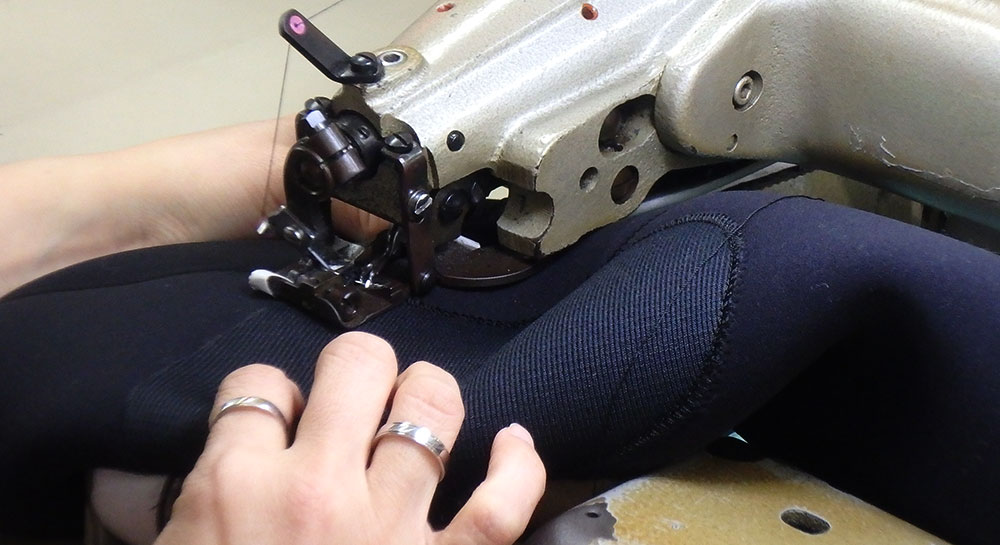 生地の表面だけを縫う「すくい針」が設置されたミシン